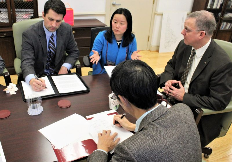 Nanakai University Economics professor signs collaborative agreement with Virginia Tech College of Agriculture and Life Sciences administrators.
